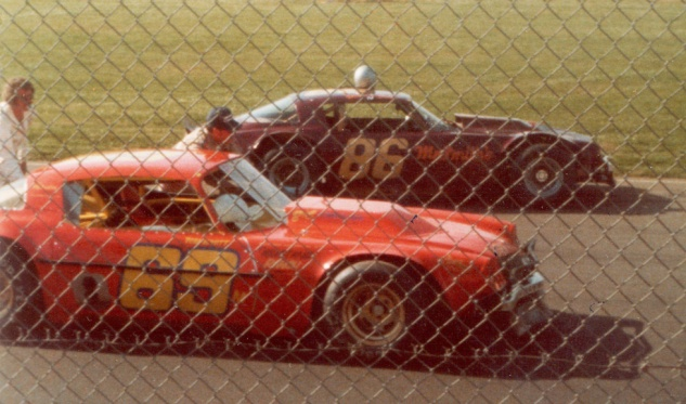 #86 Dane Smith (standing, left) and #69 Tom Wyatt (in cap on right next to his Durnford car) line up for a start at Anderson 1978 (Photo courtesy of Dane Smith)